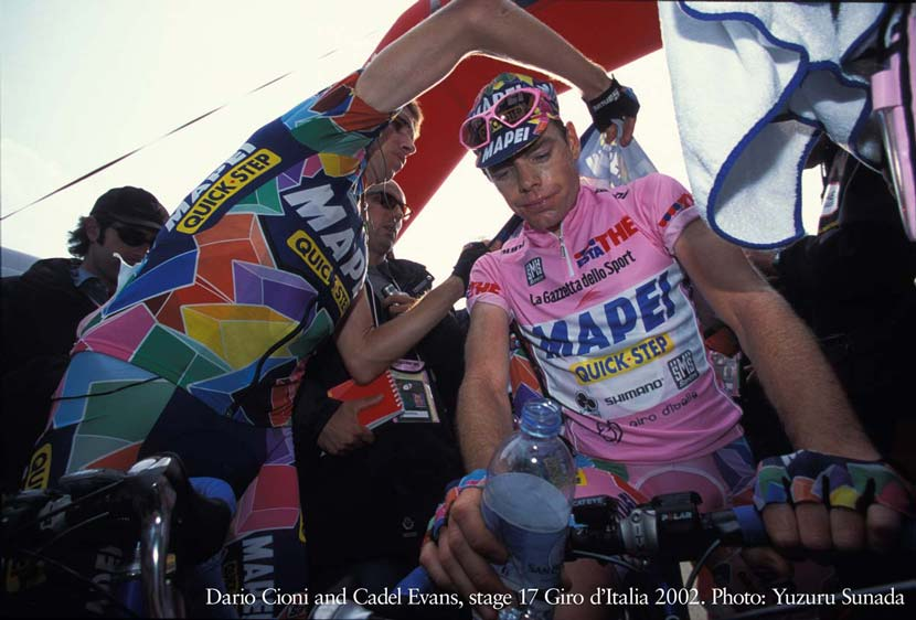 Dario Cioni offers Cadel Evans his jacket at the end of a dramatic 17th stage in the 2002 Giro d'Italia. Photo: Yuzuru Sunada.