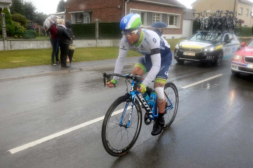 Michael Matthews struggles to hold the pace of the peloton. Photo: Yuzuru Sunada