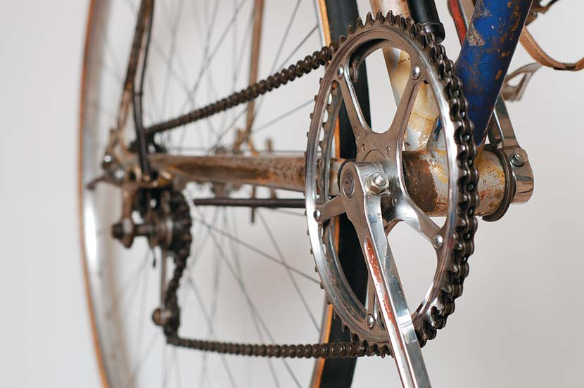The choice of six closely spaced gear ratios was considered more than enough in 1937. Chainwheels of 46 and 48, combined with cogs of 15, 17 and 19, gave ratios of 65, 68, 73, 76, 82 and 86 inches.
