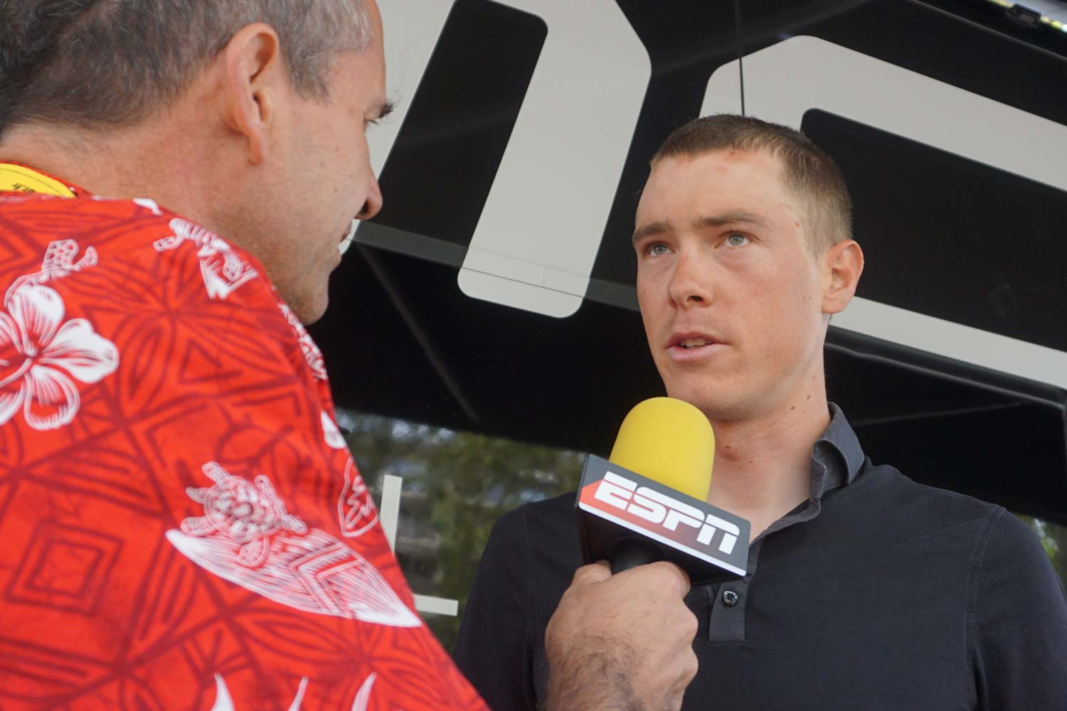 Rupert Guinness catches up with Rohan Dennis before the start of stage 12. Photo: Rob Arnold