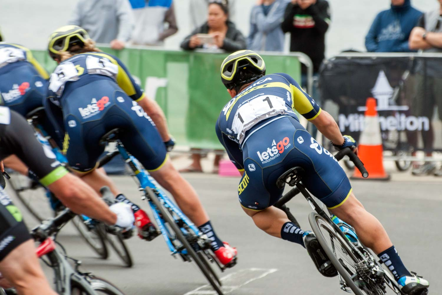 Caleb Ewan leans into a corner in Geelong. He'd later crash, while in the lead, on the final turn. Photo: Jean-Pierre Ronco